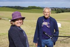 Anne og Per i finværet foran eika.